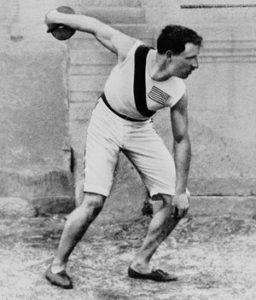 L'atleta statunitense Robert Garrett durante il lancio del disco, disciplina per cui vinse l'oro alle prime Olimpiadi dell'era moderna ad Atene nel 1896 (Getty Images)